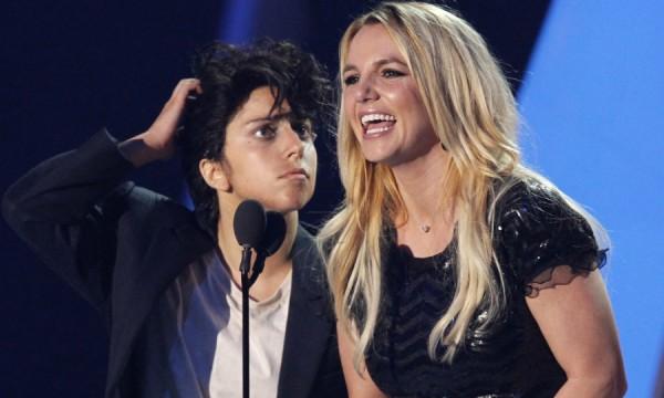 Loiras e tóxicas: Britney e Gaga vão dar trabalho para os paparazzi