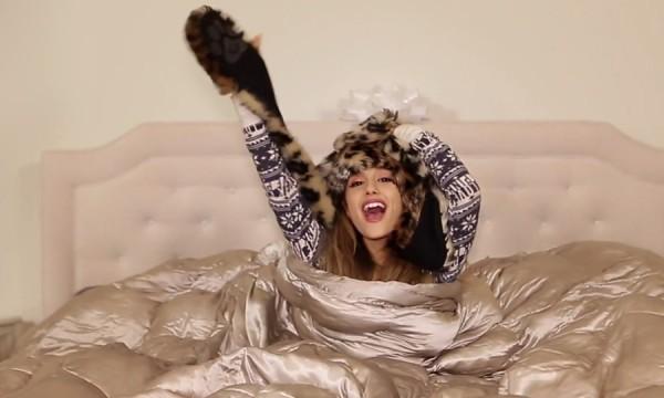 Ariana Grande chama os amigos para se divertir no videoclipe de Santa Tell Me