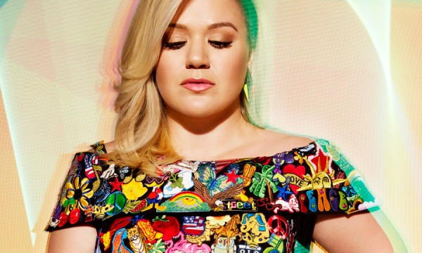 Kelly Clarkson mandou avisar que agora ela é invencível