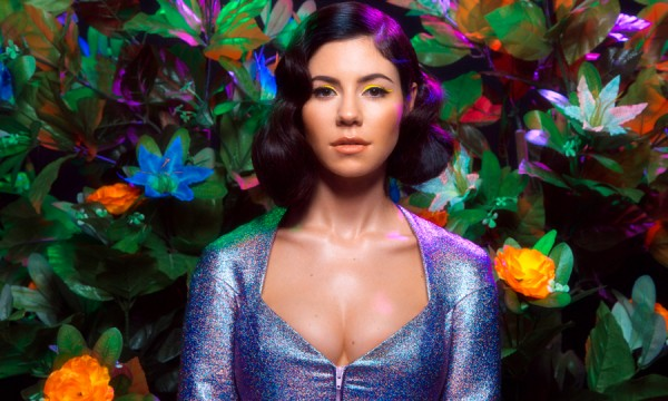 Marina and the Diamonds tá com o cabelo solto de prancha em Forget